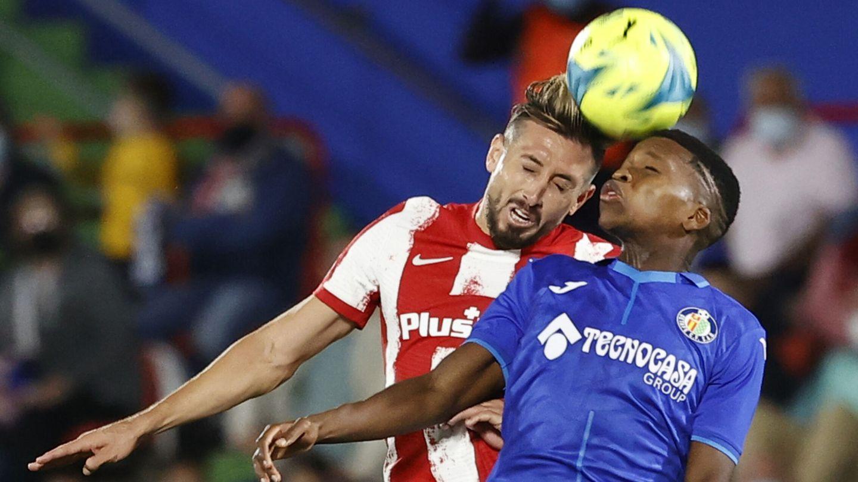 Herrera y Florentino luchan por un balón. (Reuters)