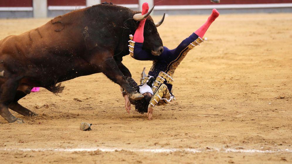 Foto: El diestro francés Sebastián Castella sufre una voltereta por el segundo de su lote en el vigésimo tercer festejo de la Feria de San Isidro 2018. (EFE)