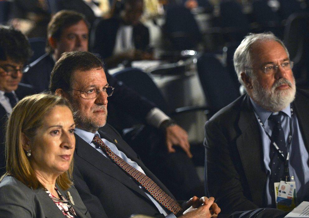Foto: El jefe del ejecutivo, Mariano Rajoy (c), Arias Cañate y la ministra de Fomento, Ana Pastor. (EFE)