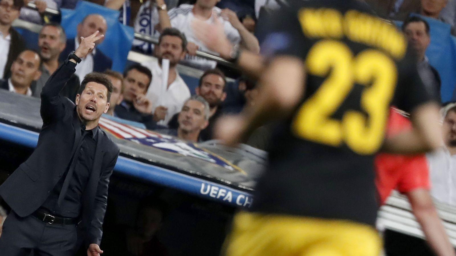 Foto: En la imagen, Simeone, sentado en el banquillo del Santiago Bernabéu. (Reuters)