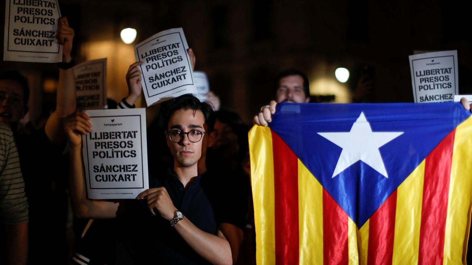 Foto: 'Cacerolada' en Cataluña como protesta a las detenciones de Cuixart y Sànchez. (Reuters)