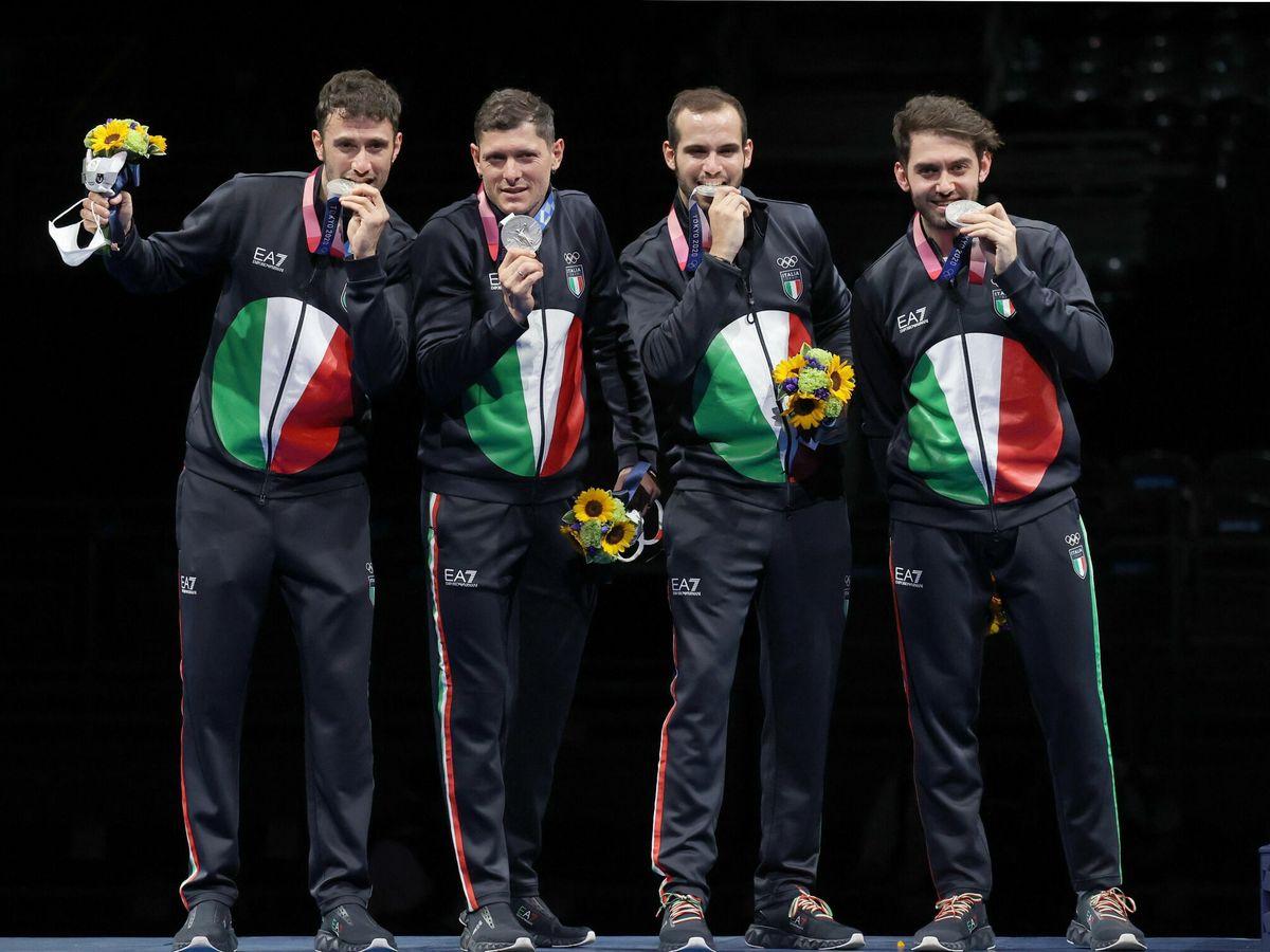 Foto: El equipo italiano de esgrima celebra su medalla de plata en Tokio 2020. (EFE)