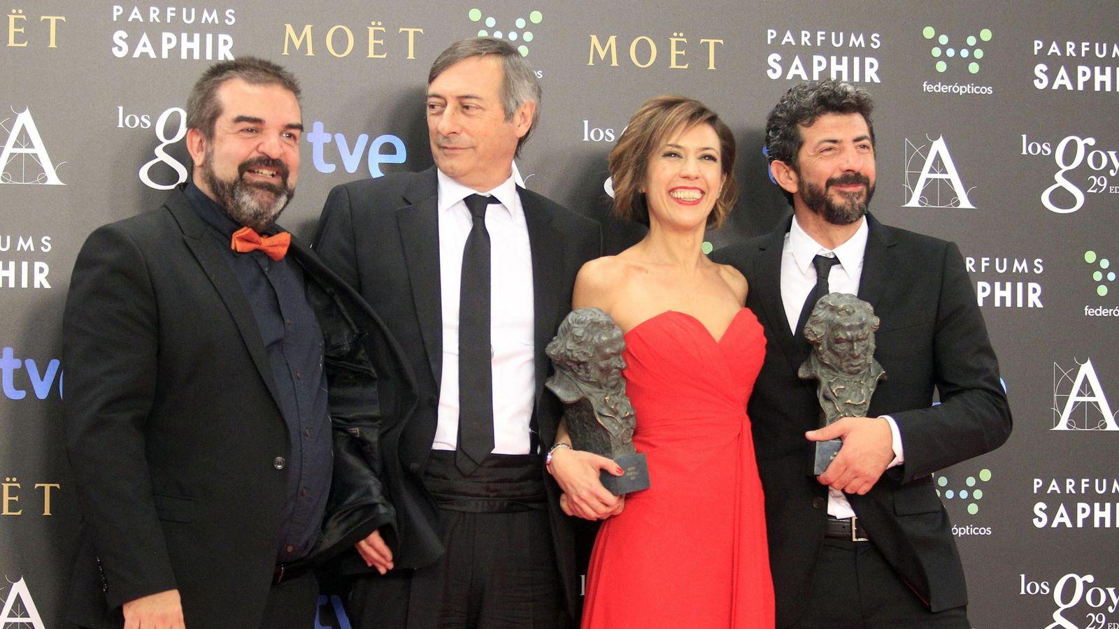 Foto: Gervasio Iglesias, José Antonio Félez, Mercedes Gamero y Alberto Rodríguez tras recibir el Goya a la Mejor película por La isla mínima (EFE)