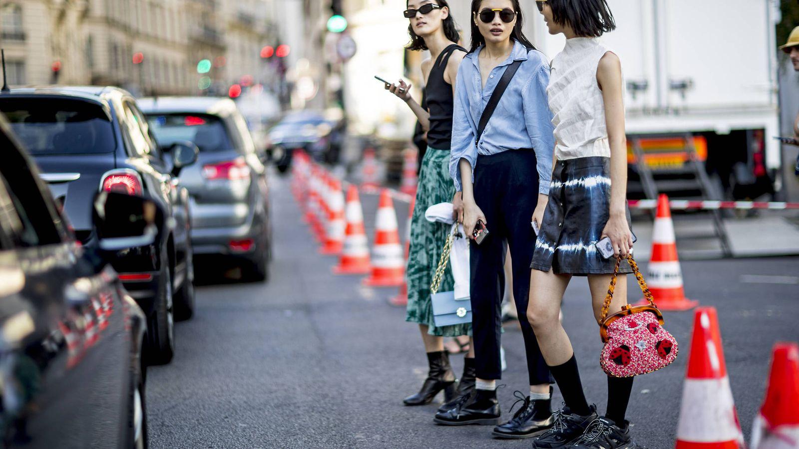 Foto: Sé diferente, apuesta por bolsos originales. Street style de la Semana de la Alta Costura de París. (Imaxtree)