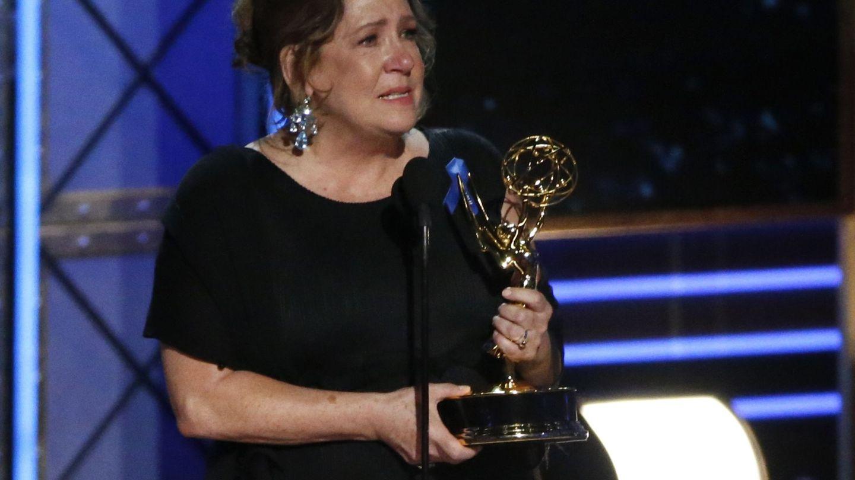 Ann Dowd ('The Handmaid's Tale') emocionada durante su discurso de agradecimiento. (Reuters)
