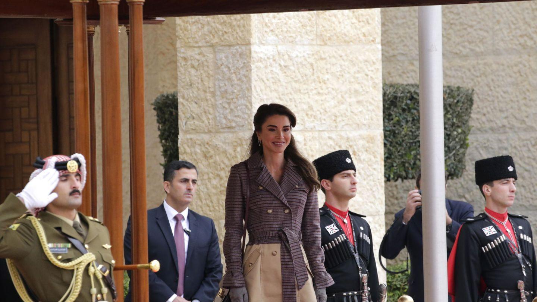 La reina Rania de Jordania, con el abrigo en 2018. (EFE)