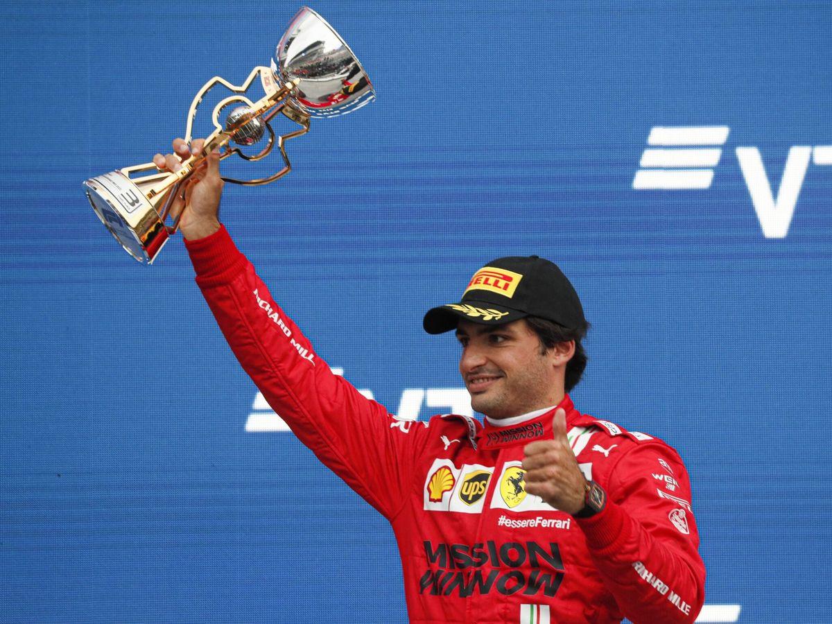 Foto: Sainz, en el podio del circuito de Sochi. (EFE)