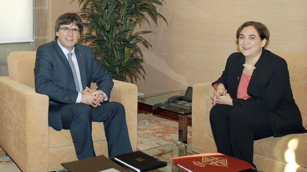 Foto: El presidente catalán, Carles Puigdemont, junto a la alcaldesa de Barcelona, Ada Colau. (Efe)