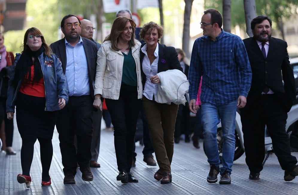 Foto: Susana Díaz, a su llegada este 5 de abril a la sede del PSC en Barcelona. El segundo por la derecha, Joaquim Fernández. (EFE)