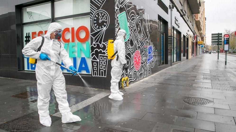 Foto: Militares del la Unidad Militar de Emergencias (UME), del Ejército de Tierra y de la Infantería de Marina, trabajan este martes para desinfectar instalaciones en Zaragoza. (EFE)