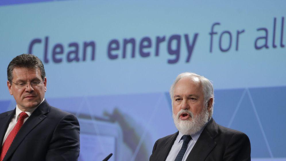 Foto: El comisario europeo de Energía y Acción Climática, Miguel Arias Cañete (dcha), en rueda de prensa. (EFE)