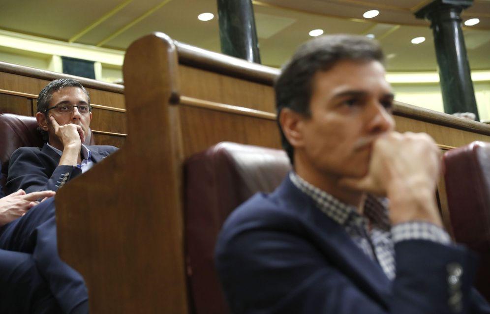 Foto: El diputado socialista Eduardo Madina y Pedro Sánchez, el pasado 26 de septiembre, durante el debate de investidura de Mariano Rajoy. (EFE)