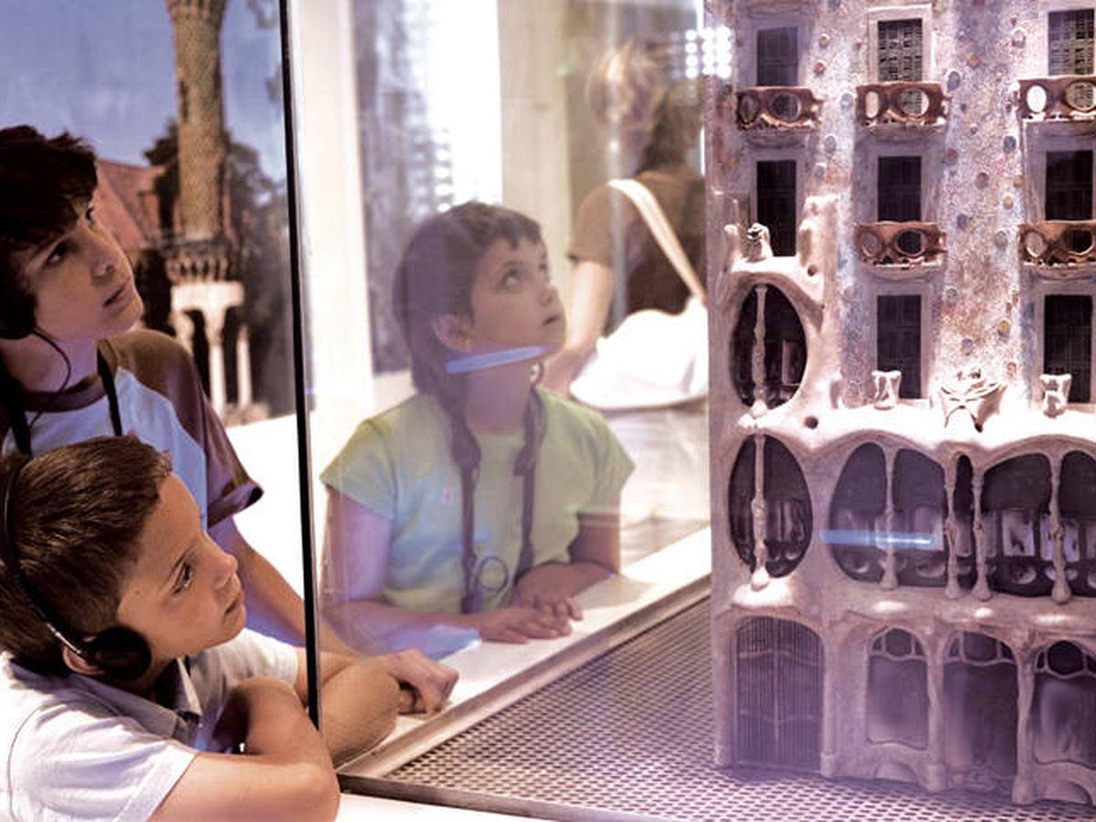 Foto: Uso de las audioguías en la exposición permanente del Gaudí Centre, en Reus.