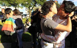 Besos contra el odio en el Día de la No Violencia y la Paz