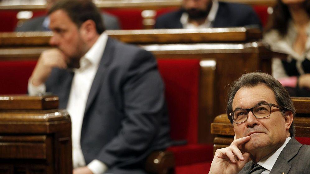 Foto: El presidente del Govern, Artur Mas, y el presidente de ERC, Oriol Junqueras en un pleno del Parlament. (EFE)
