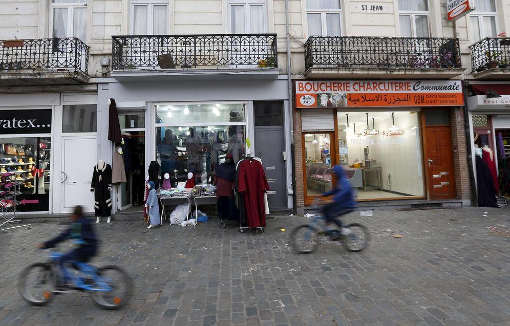 Foto: Tiendas árabes en el barrio de Molenbeek, en la capital belga, de donde han salido decenas de militantes del ISIS en los últimos años. (Reuters)