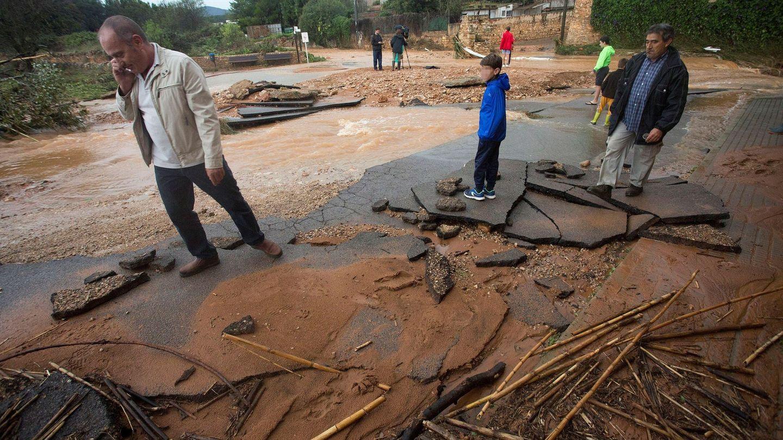 Varias viviendas de la localidad castellonense de Benlloch se inundaron temporalmente tras las fuertes lluvias. (EFE)