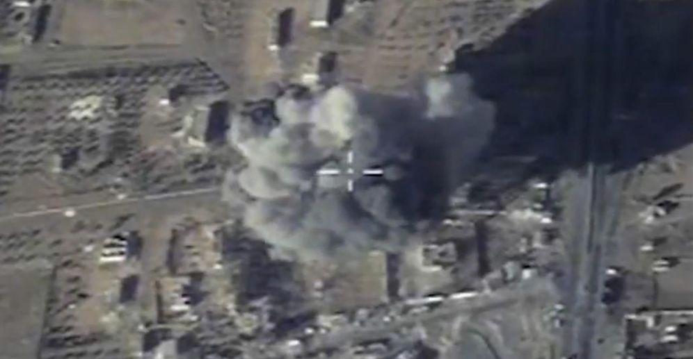 Foto: Bombardeo ruso contra presuntas posiciones del Estado Islámico en la provincia siria de Raqqa, en diciembre de 2015 (EFE)