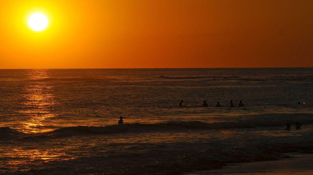 Foto: Atardecer en una playa de San Salvador (EFE)