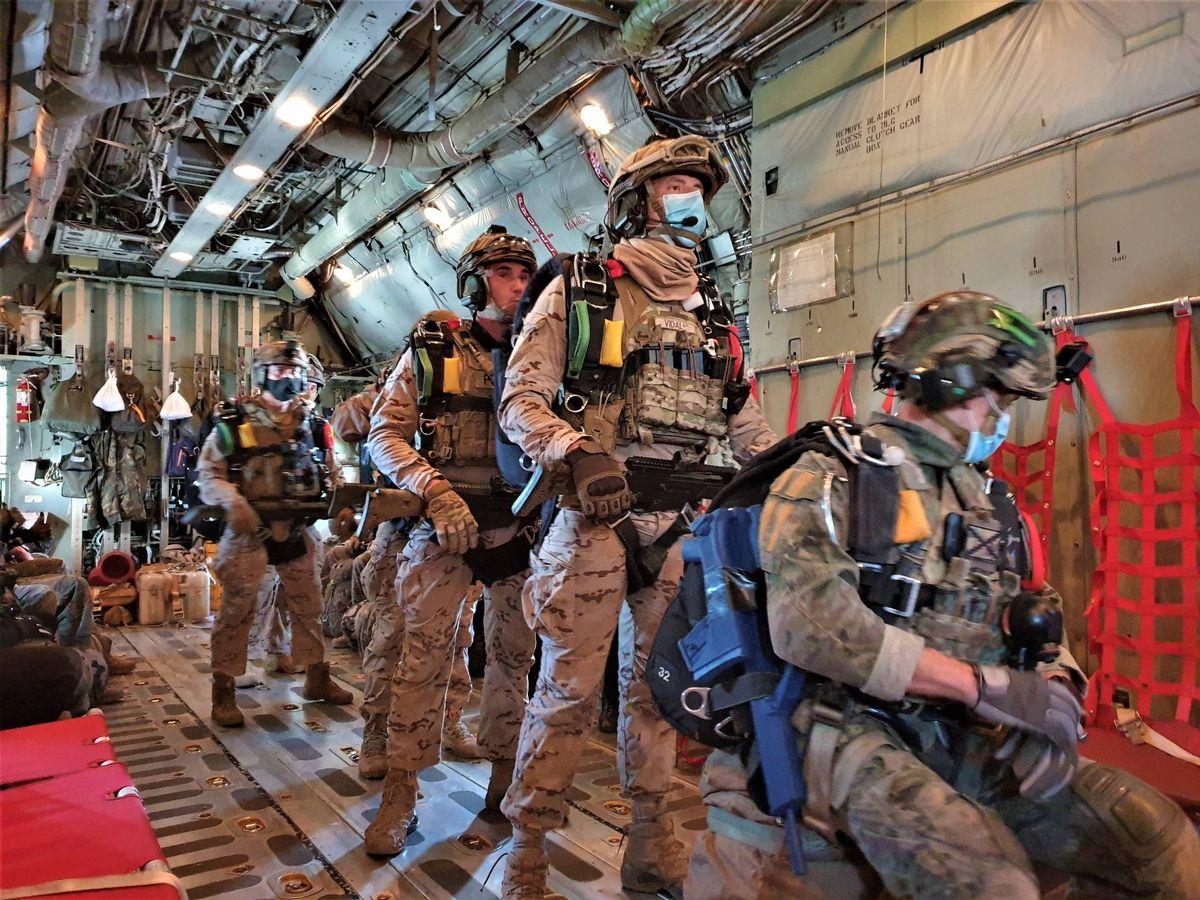 Foto: Paracaidistas listos para saltar en apaertura manual (Foto: Juanjo Fernández)