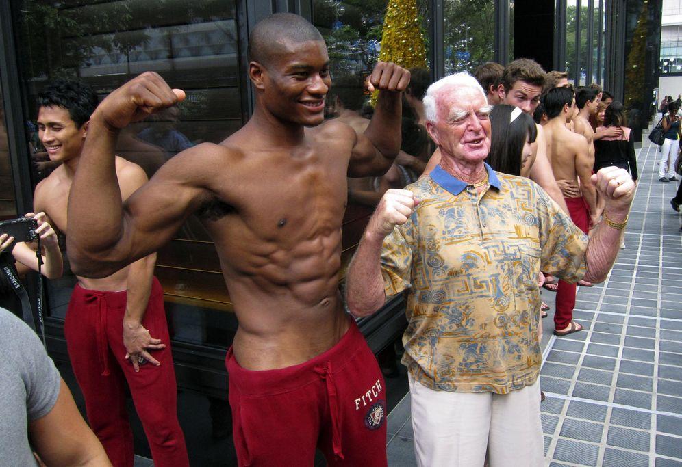 Foto: Un turista se fotografía junto a un modelo de Abercrombie. Adivina quién es quién. (Reuters)