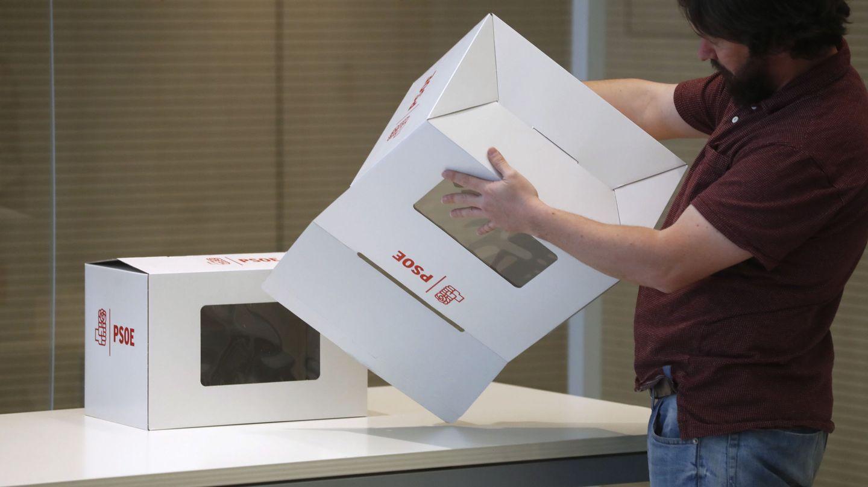Un trabajador de Ferraz prepara las urnas de las últimas primarias federales, el pasado 19 de mayo. (EFE)