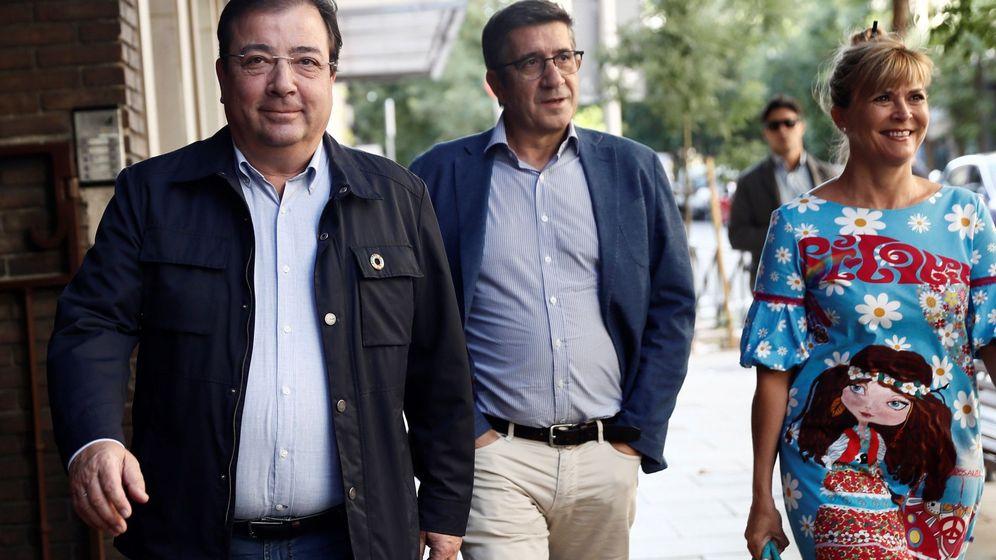 Foto: El líder del PSOE extremeño, Guillermo Fernández Vara junto al secretario del área Política Federal, Patxi López, y la secretaria Ejecutiva para la Violencia de Género de la formación, Susana Ros Martínez, en una foto de archivo. (EFE)