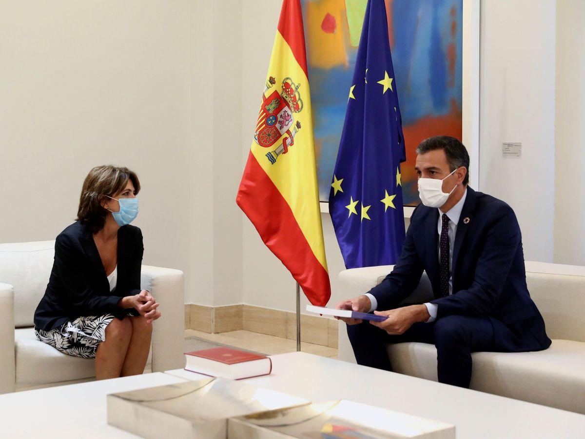 Foto: El presidente del Gobierno, Pedro Sánchez (d), con la fiscal general del Estado, Dolores Delgado, el pasado viernes en Moncloa. (EFE)