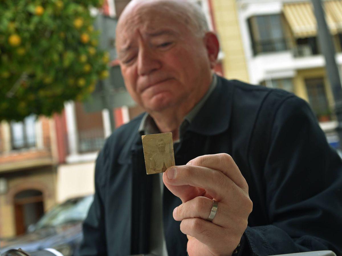 Foto: Miguel Güeto, ayer, enseñando la único foto que conserva de su abuelo, justo en el lugar donde murió tras el bombardeo que sufrió Cabra (Toñi Guerrero).
