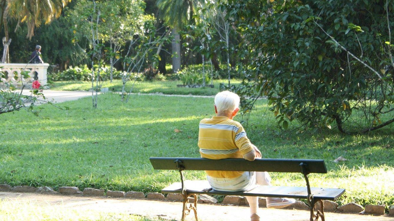 Un abuelo va cada día a comer a un instituto para no sentirse solo