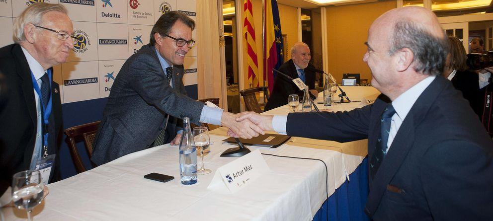 Foto:  El presidente de la Generalitat, Artur Mas (2-i), saluda al ministro de Economía, Luis de Guindos. (EFE)