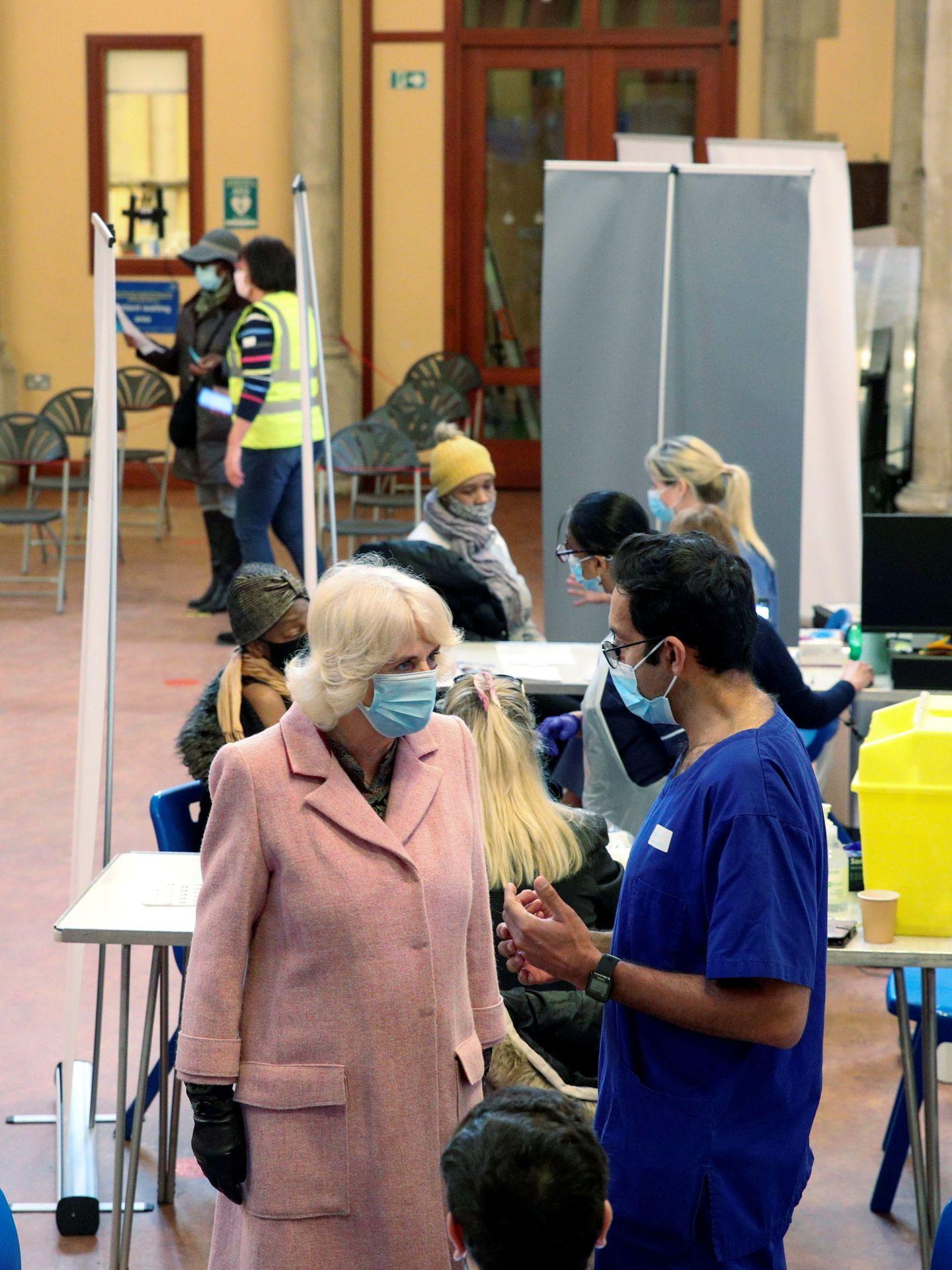 La duquesa de Cornualles, en un centro de vacunación este miércoles. (Reuters)