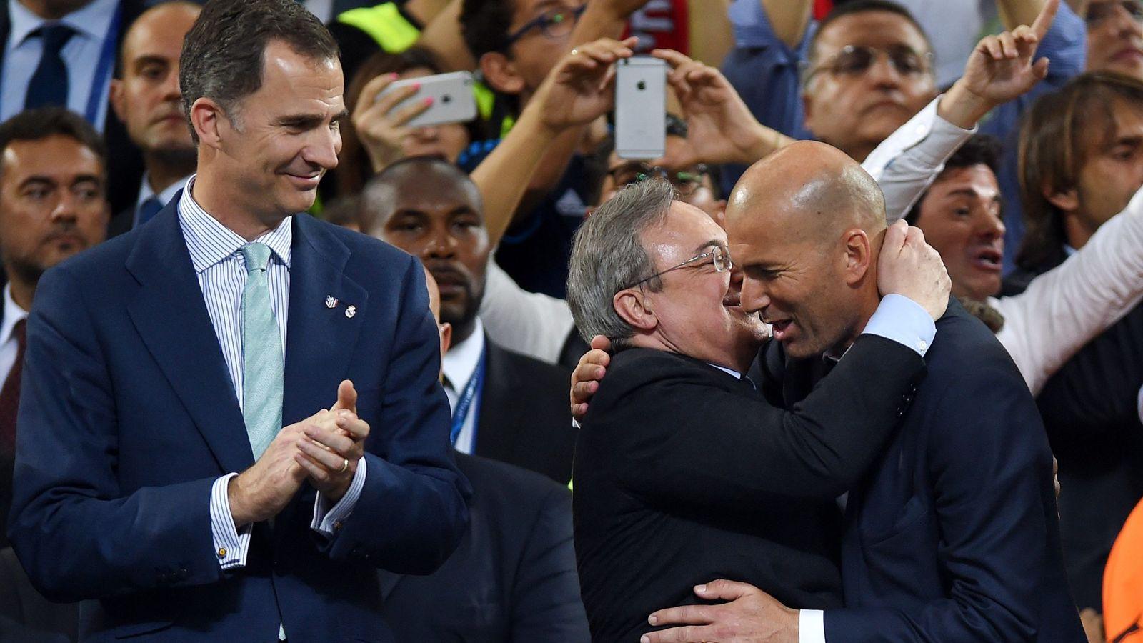 Foto: Pérez se abraza a Zidane ayer, en Milán, en presencia de Felipe VI. (EFE)