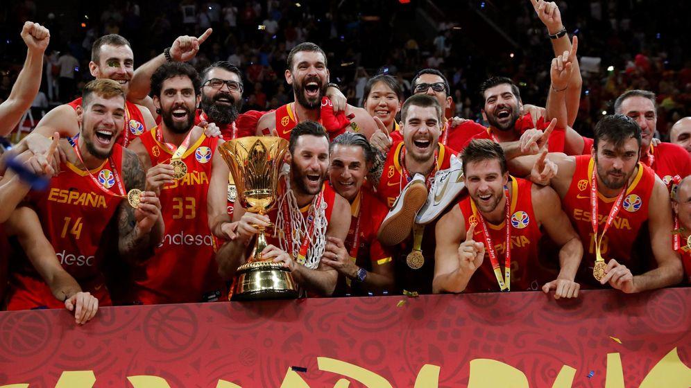 Foto: Los jugadores y el cuerpo técnico de la Selección posan con el trofeo de campeones del mundo. (EFE)