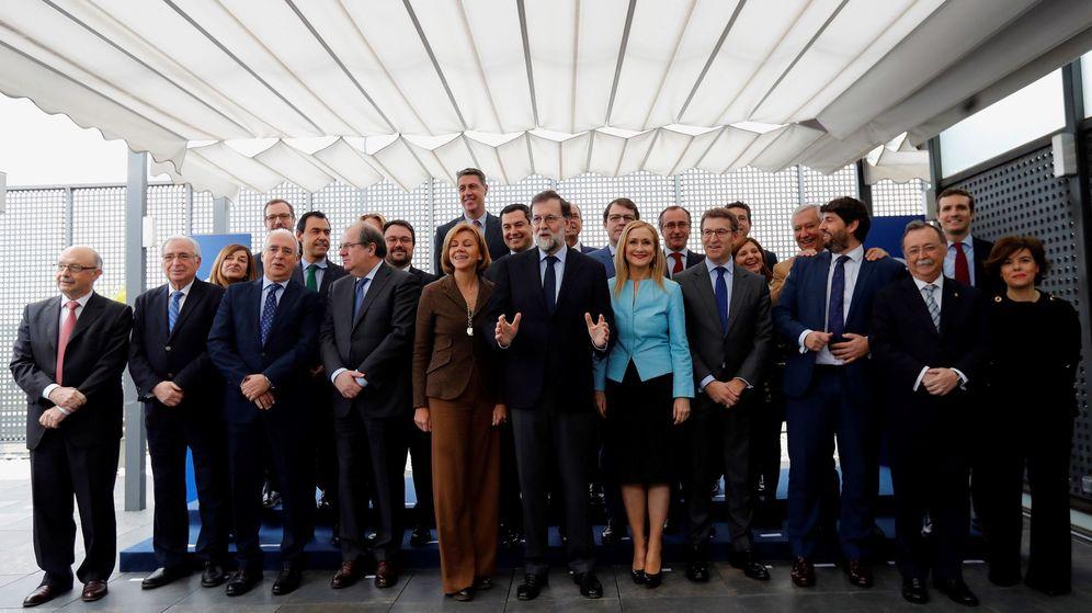 Foto: El jefe del Gobierno y líder del PP, Mariano Rajoy (c), posa para la foto de familia antes de la reunión que ha mantenido hoy con presidentes regionales en la sede de la calle Génova. (EFE)
