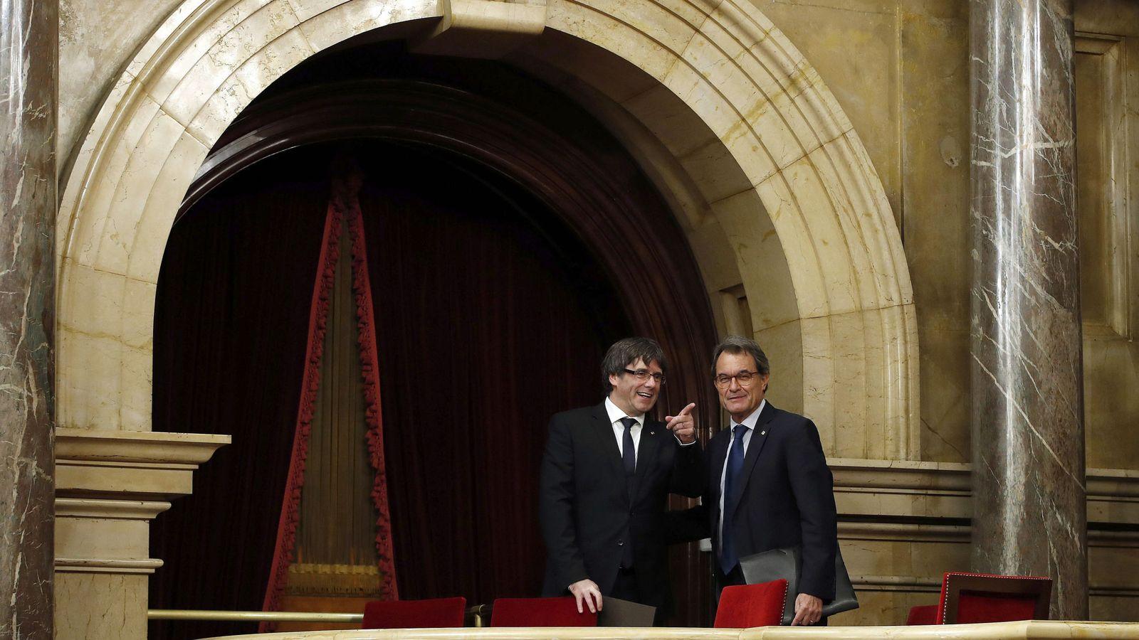 Foto: Los expresidentes de la Generalitat Carles Puigdemont (i) y Artur Mas (d) en la tribuna de invitados del hemiciclo del Parlament. (EFE)
