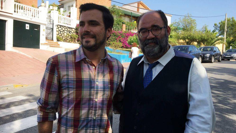 Foto: Alberto Garzón y Mocito Feliz en el Rincón de la Victoria  (Málaga). (Agustín Rivera)