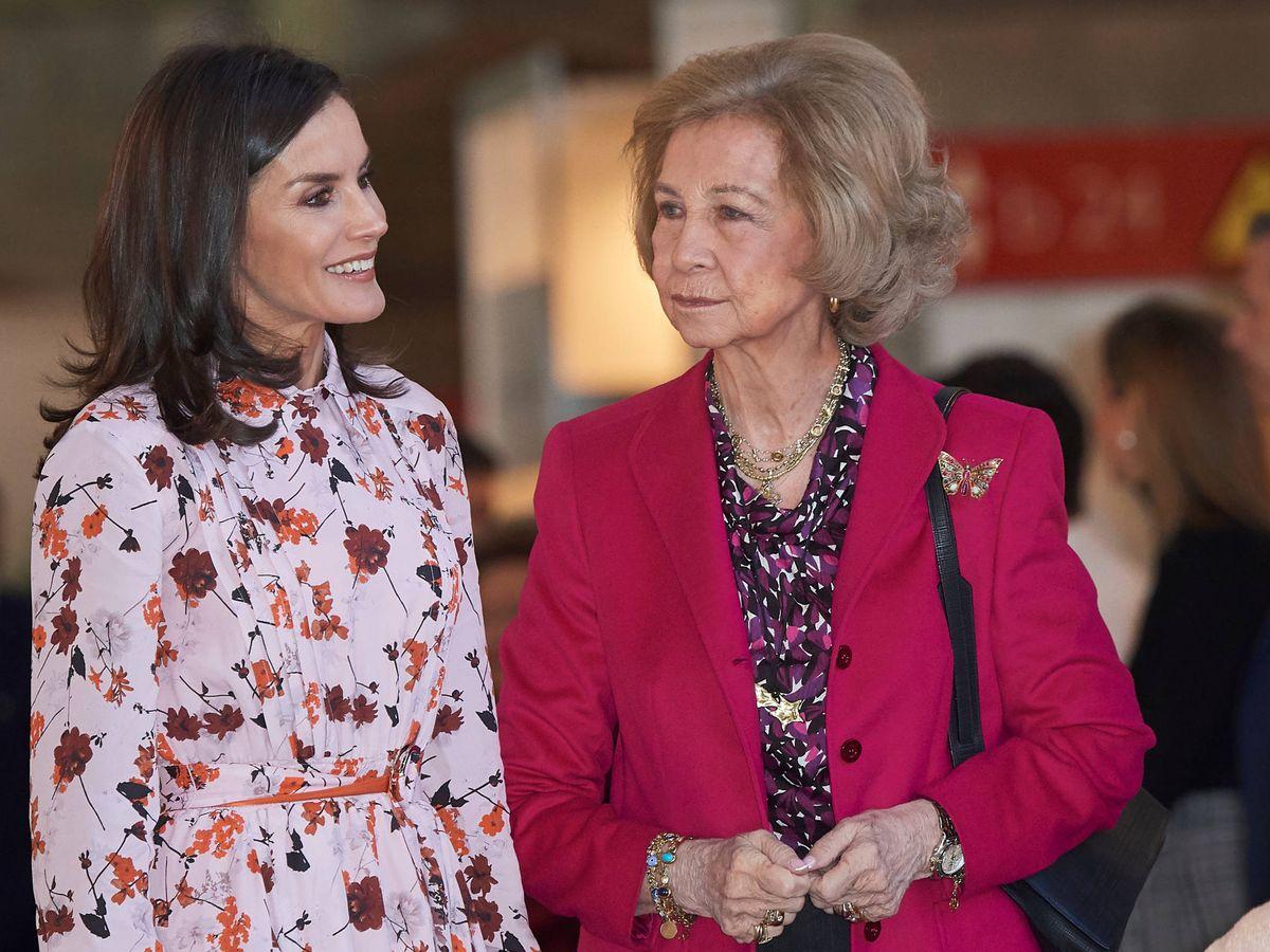 Foto: Doña Letizia y doña Sofía, en su visita al rastrillo Nuevo Futuro. (Limited Pictures)