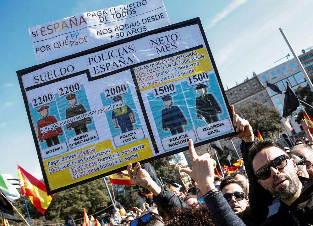 Foto: Miles de policías y guardias civiles piden en Barcelona la equiparación salarial con las policías autonómicas. (EFE)