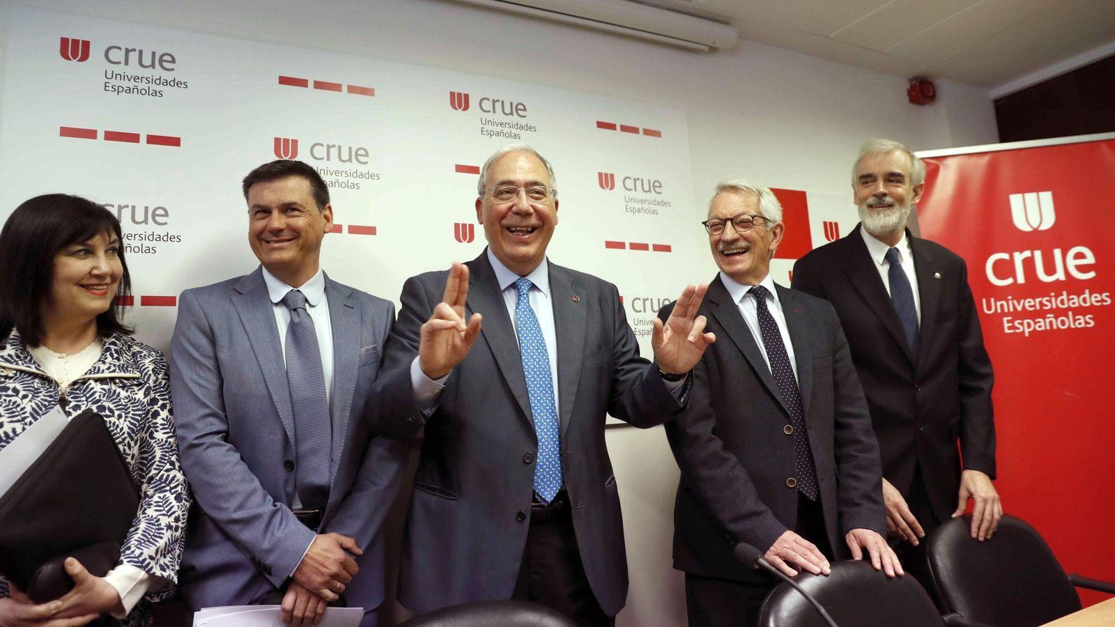 Foto: Los observadores de la CRUE, Carmen Ruiz y José Ángel Contreras; el presidente, Roberto Fernández; y los vicepresidentes de la CRUE, Alejandro Tiana y Julio Luis Martínez. (EFE)