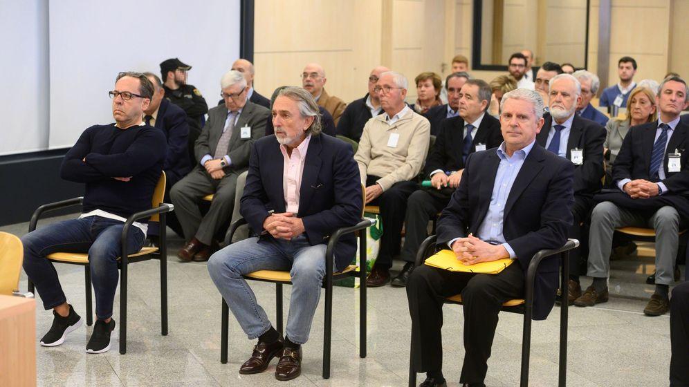 Foto: Los acusados Álvaro Pérez 'el Bigotes', Francisco Correa y Pablo Crespo, al comienzo del juicio. (EFE)