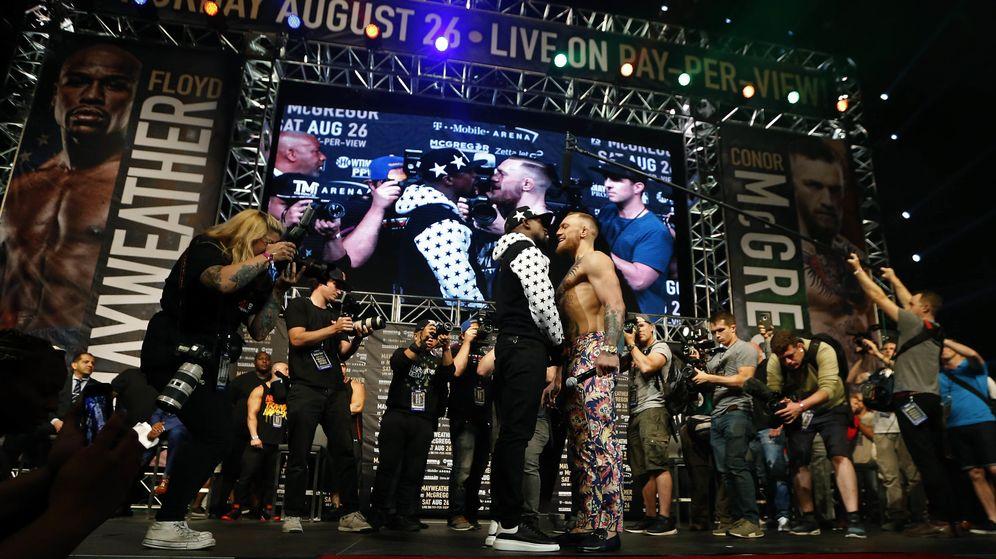Foto: Momento de máxima tensión en el cara a cara entre Mayweather y McGregor. (Reuters)