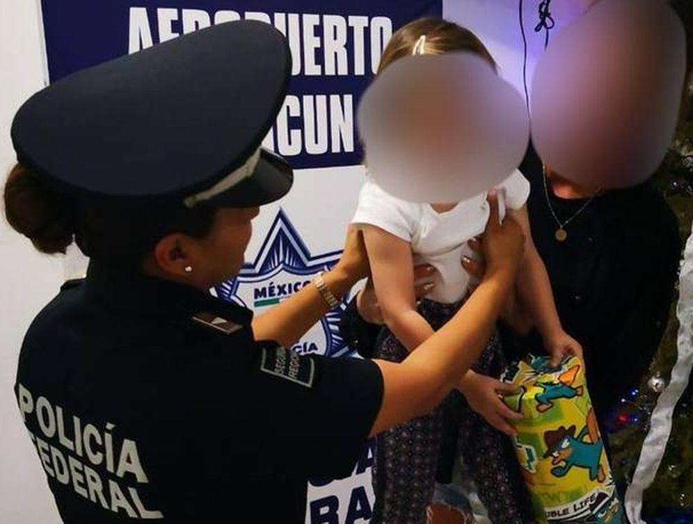 Foto: Fotografía cedida por la Policía Federal mexicana de una menor de edad de nacionalidad española que fue rescatadaen el Aeropuerto Internacional de Cancún (México), cuando su captora pretendía trasladarla a Turquía (EFE)