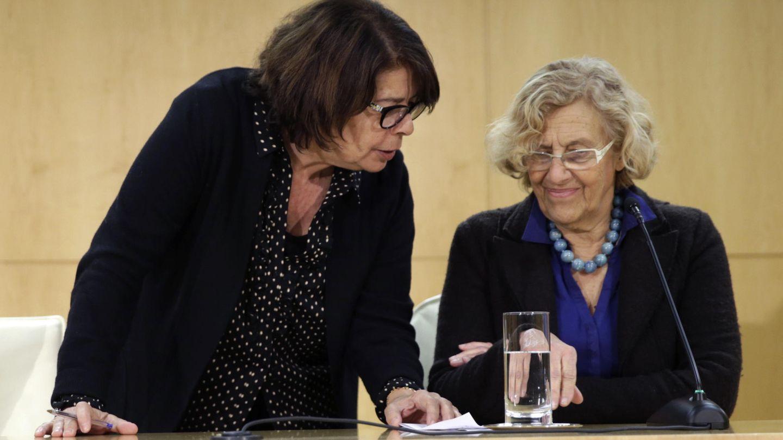 La alcaldesa de Madrid, Manuela Carmena, y la delegada de Medio Ambiente y Movilidad, Inés Sabanés. (EFE)