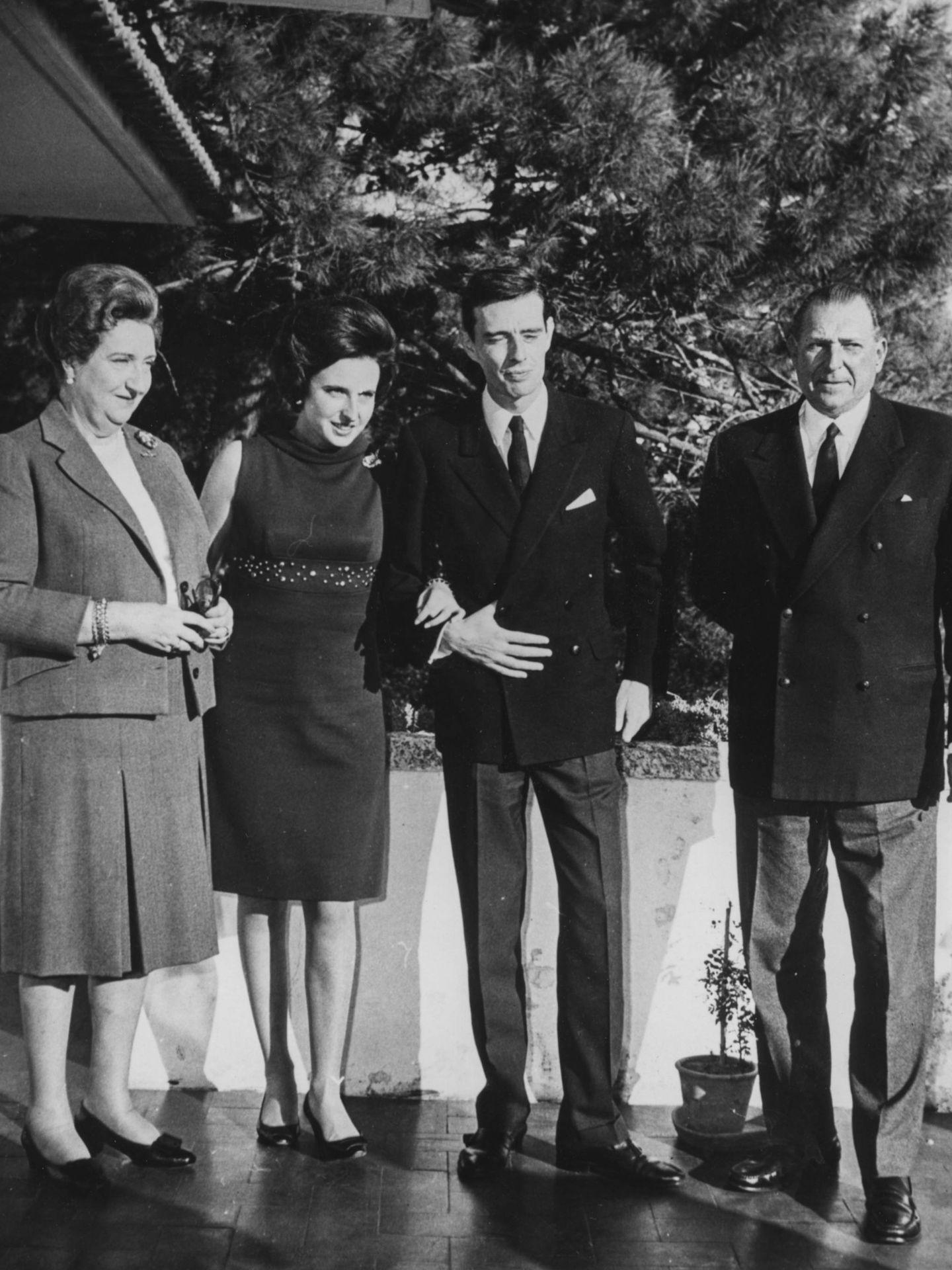 Anuncio del compromiso de Pilar de Borbón y Luis Gómez-Acebo en 1967. (Getty)