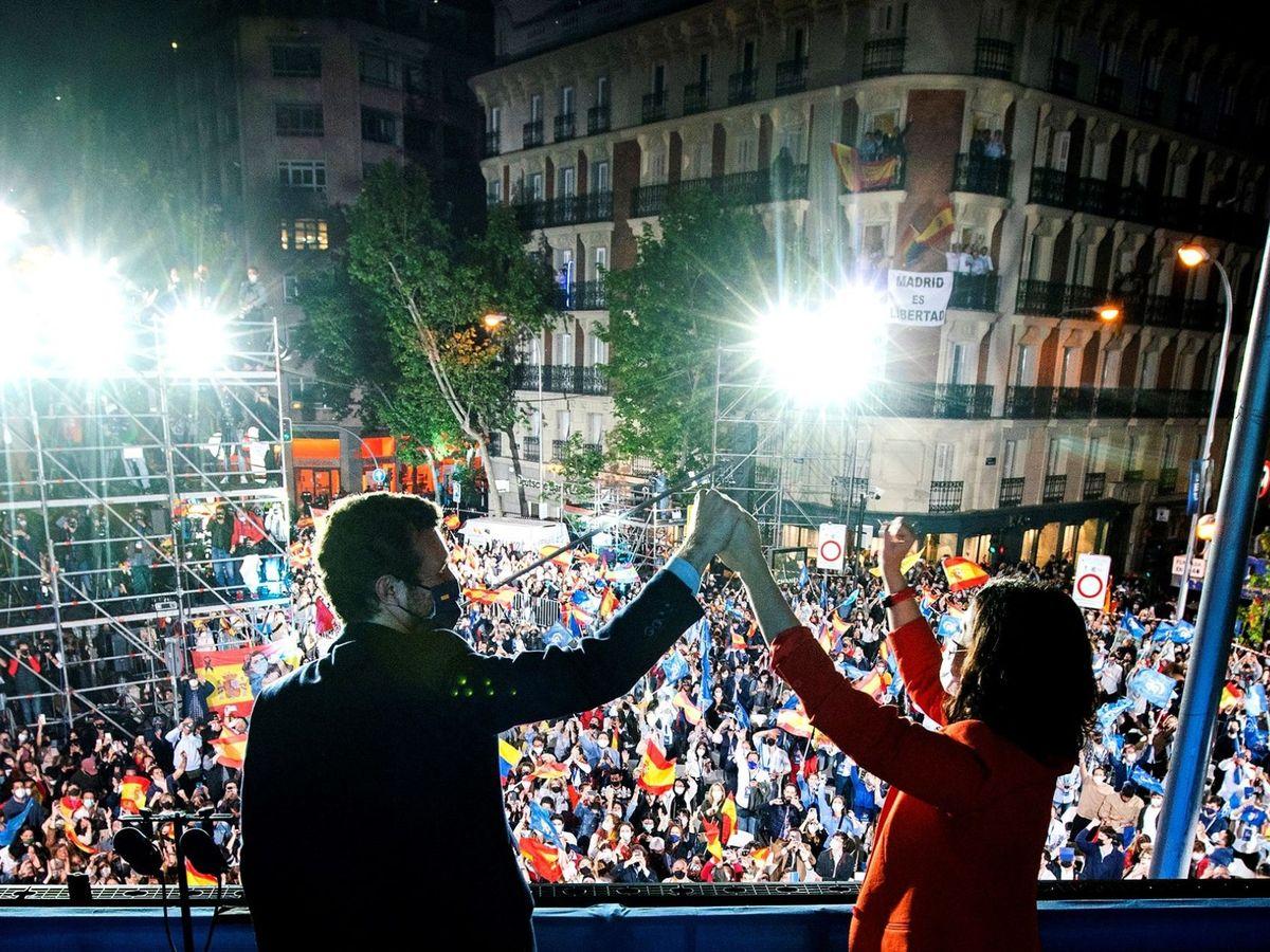 Foto: Pablo Casado e Isabel Díaz Ayuso, en el balcón de Génova. (EFE)