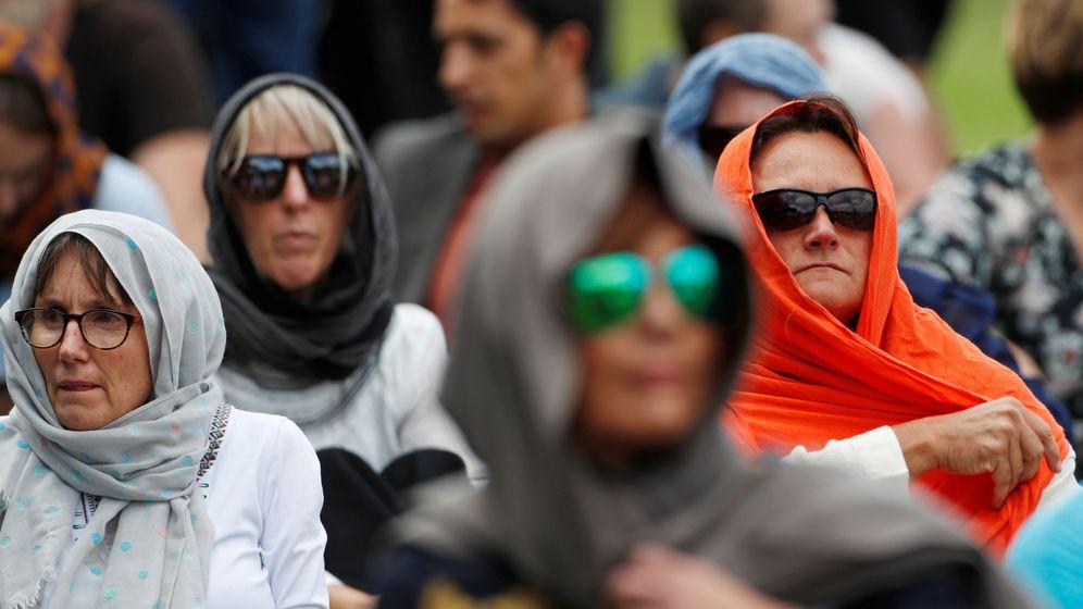 Foto: Mujeres neozelandesas con velo en honor a las víctimas de la masacre. (EFE)
