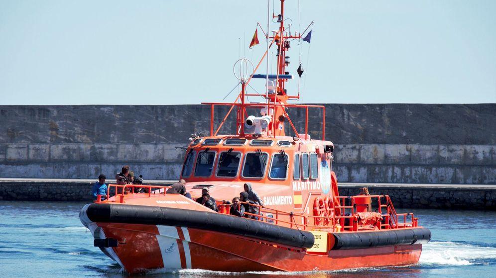 Foto: Una patrullera de Salvamento Marítimo durante una labor de rescate en el mar de Alborán (Efe)