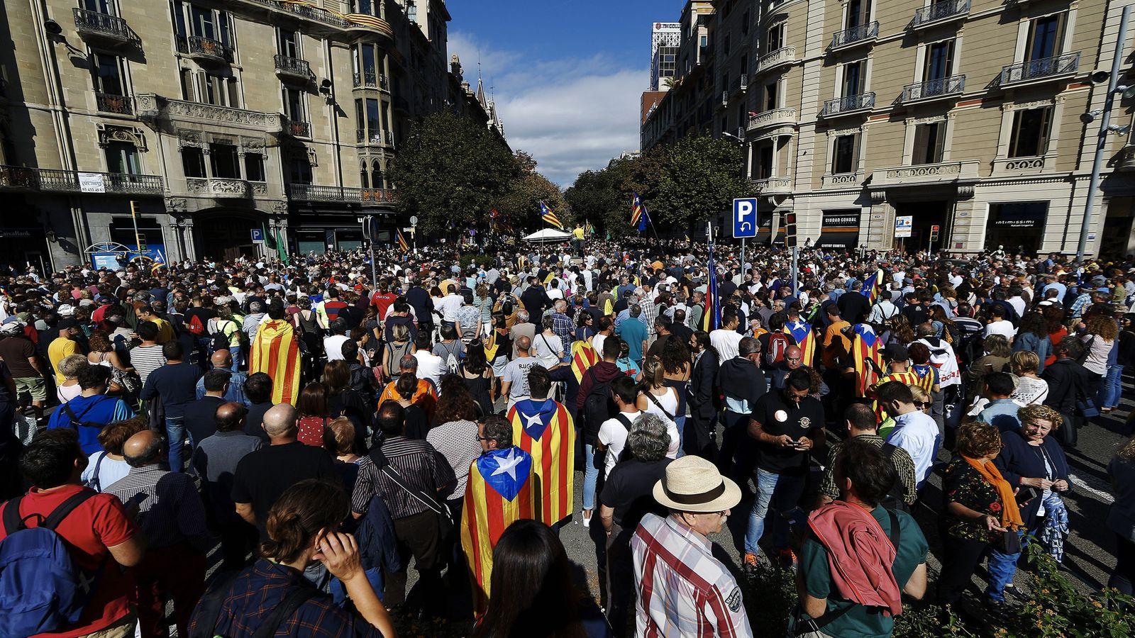 Foto: Cientos de personas se concentran ante la sede la conselleria de Economía. (EFE)