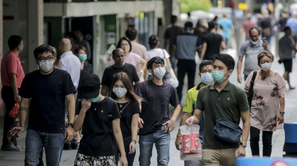 Foto: Ciudadanos de Singapur, paseando por una céntrica calle el mismo día en que se decreta el 'circuit breaker'. (Reuters)
